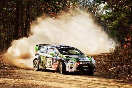 在这里看到的原型车沿WRC威尔士拉力赛阶段的混合地形路线行驶
